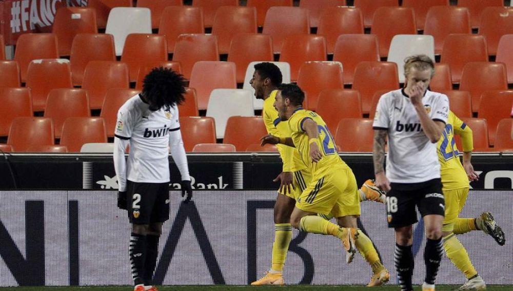 El Valencia no mejora ante un sólido Cádiz