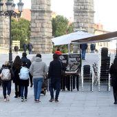 Varias personas caminan por el centro de Segovia