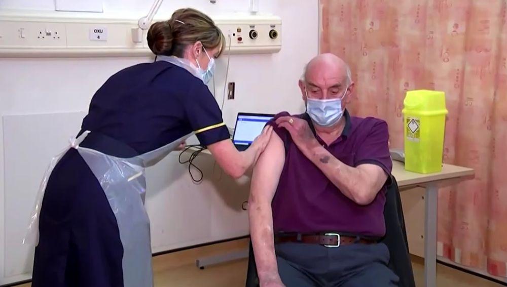 Brian Pinker, primera persona en recibir la vacuna de Oxford y AstraZeneca