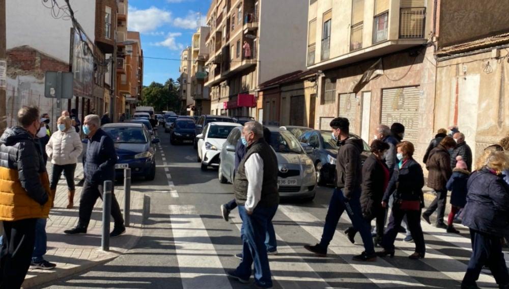 Concentración de vecinos del barrio Puertas Coloradas de Elche.