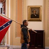 Un seguidor de Trump, con una bandera confederada en los pasillos del Capitolio