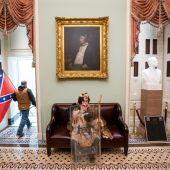 Uno de los participantes de la protesta se sienta en uno de los sofás del interior del Capitolio