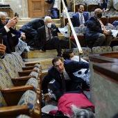 Senadores y Congresistas se protegen en una de las salas del Capitolio