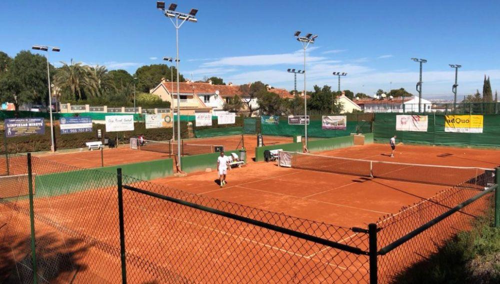 Los equipos alevín capitaneado por el joven Oscar Pantoja e infantil capitaneado por la brillante promesa Charo Esquiva del Club de Tenis de Torrevieja, se han proclamado CAMPEONES PROVINCIALES