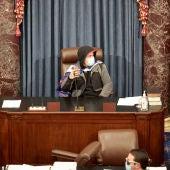 Un asaltante pro-Trump ocupando el asiento del presidente del Congreso