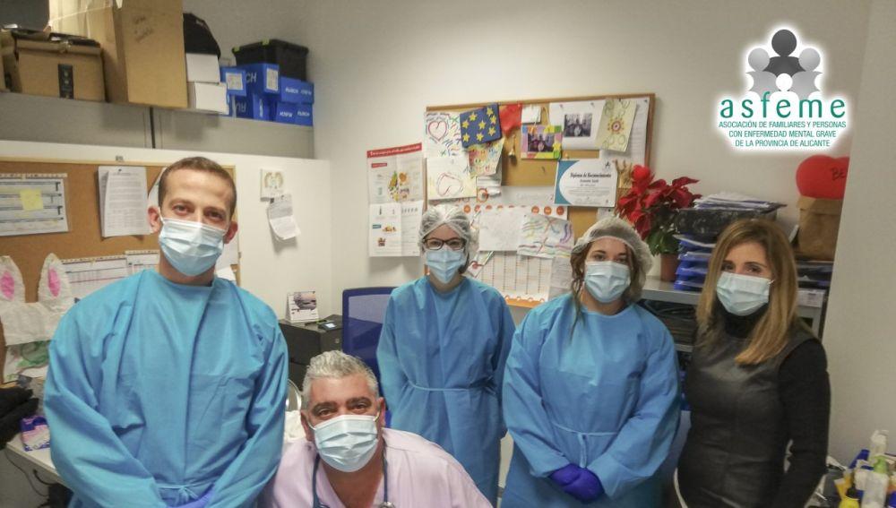 Personal de Asfeme y sanitarios antes de la vacunación contra la covid-19 en el centro.