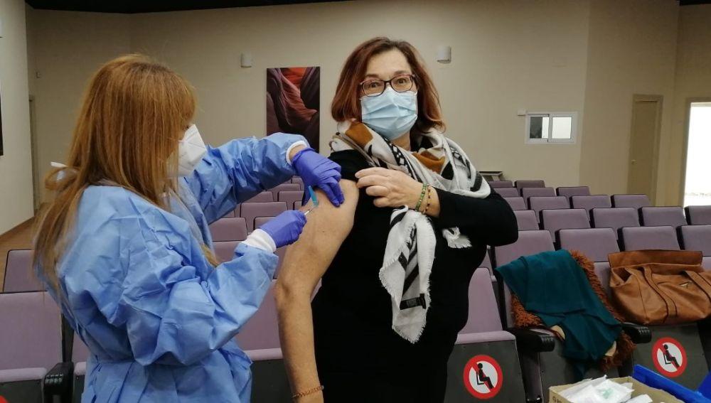 Una pediatra en el centro de salud de Altabix de Elche se vacuna contra la covid-19.