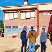 Antonio Puerto, primero por la derecha, visitando un colegio aspense