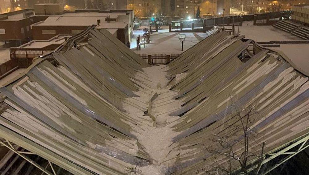 La nieve hunde el techado del pabellón del Colegio Maristas en Toledo
