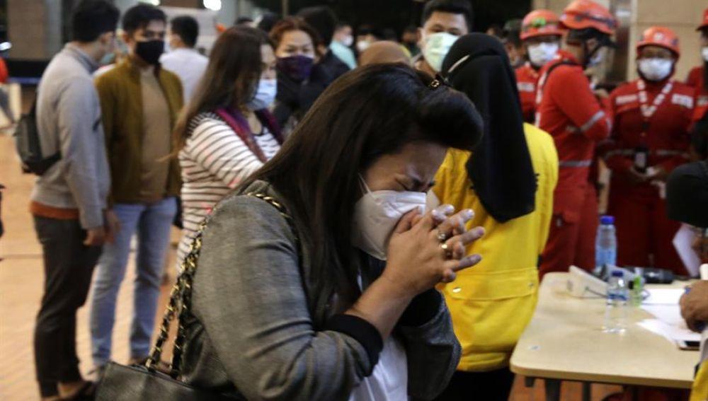 Indonesia busca los restos de un avión con 62 personas que se estrelló en el mar