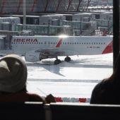 El aeropuerto de Barajas cubierto de nieve