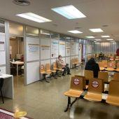 Pacientes en un centro de salud de Elche.