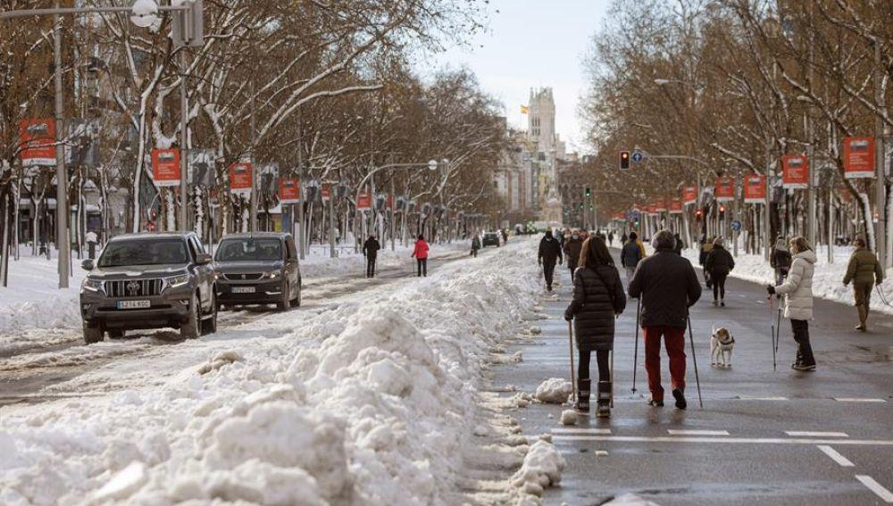Viandantes aminan por el Paseo de la Castellana en Madrid, este domingo
