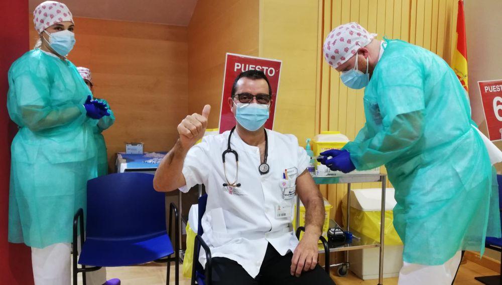 En total, han sido 1226 profesionales asistenciales, entre hospitalización y atención primaria, los que han acudido a su cita de vacunación, demostrando su compromiso con la salud