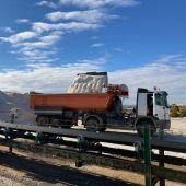 Unos 90 camiones cargan en Torrevieja 3.500 toneladas de sal destinada a paliar los efectos de la gran nevada
