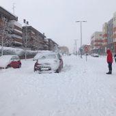 Coche abandonado en mitad de la calle por la nieve provocada por la borrasca Filomena