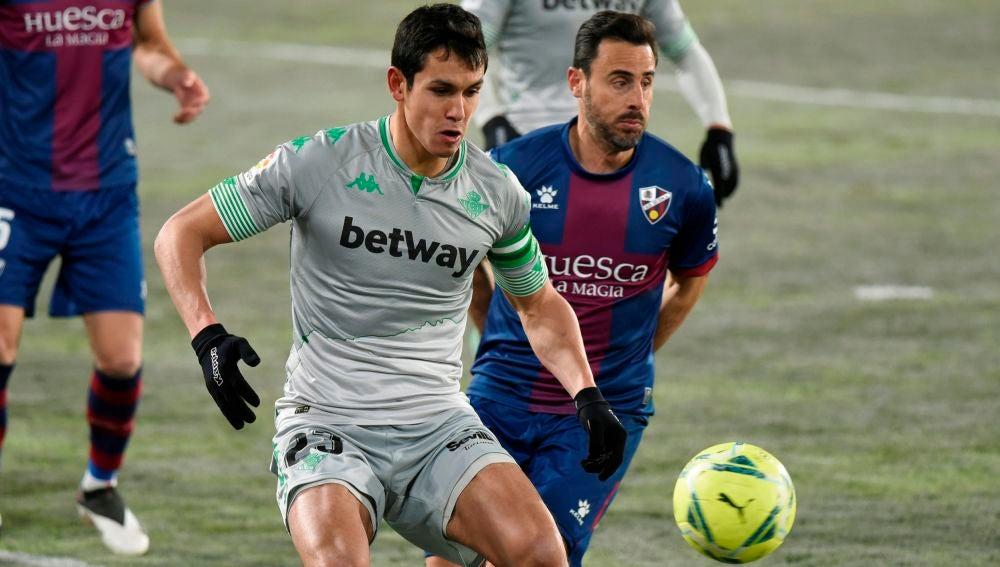 Aïssa Mandi recibe la pelota en presencia de Pedro López.