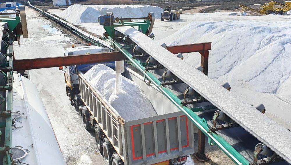Uno de los 90 camiones bañera cargando sal esta mañana