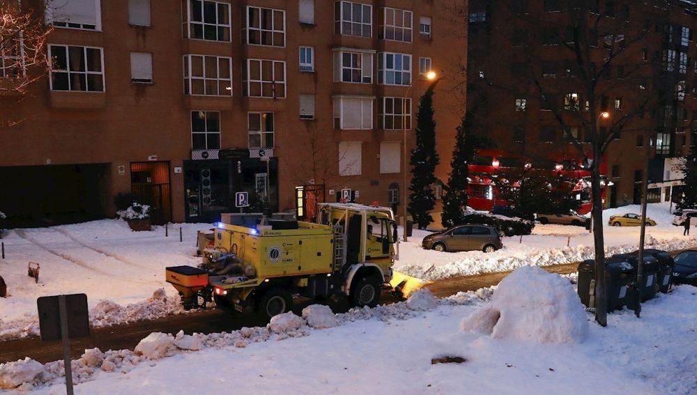 Una máquina limpia de nieve una calle en Madrid,