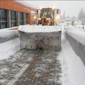 Máquina quitando nieve en el Hospital Príncipe de Asturias de Alcalá de Henares