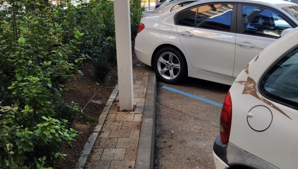 Falta de espacio para el peatón tras los nuevos aparcamientos de Ramón y Cajal