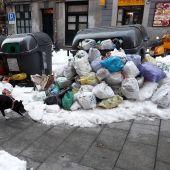 Bolsas de basura acumuladas en las calles de Madrid por el temporal