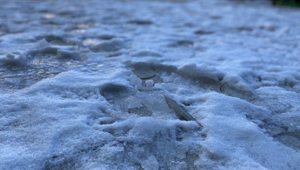 Placas de hielo, este martes, en la plaza de la U de la ciudad