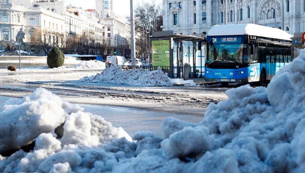 Una de las principales vías de Madrid, afectada por el temporal Filomena.