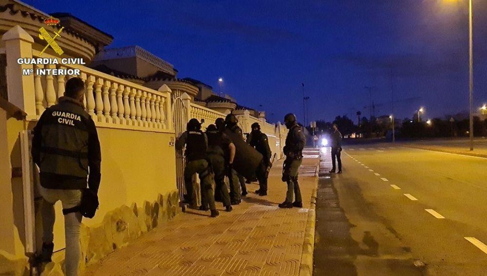 Agentes de la Guardia Civil en uno de los chalets de la organización.