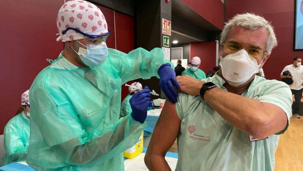 Los hospitales de Torrevieja y Vinalopó han vacunado a prácticamente la totalidad de sus profesionales, incluyendo al personal de servicios externalizados como limpieza y seguridad