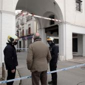 Bomberos revisan el Arco de Loja junto a técnicos del Ayuntamiento de Santa Fe tras el terremoto del pasado sábado