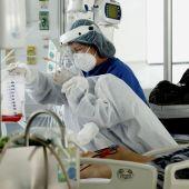 Personal médico atiende a un enfermo en una unidad de cuidado intensivo de covid.