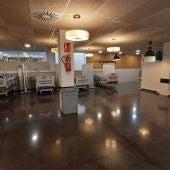 Camas para paciente no covid instaladas en la cafetería de personal del Hospital General Universitario de Elche.