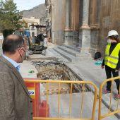 Afortunadamente podemos ver lo que queda de aquella muralla que ha aparecido gracias a las obras que se están realizando de sustitución de la red hidráulica y saneamiento del casco histórico