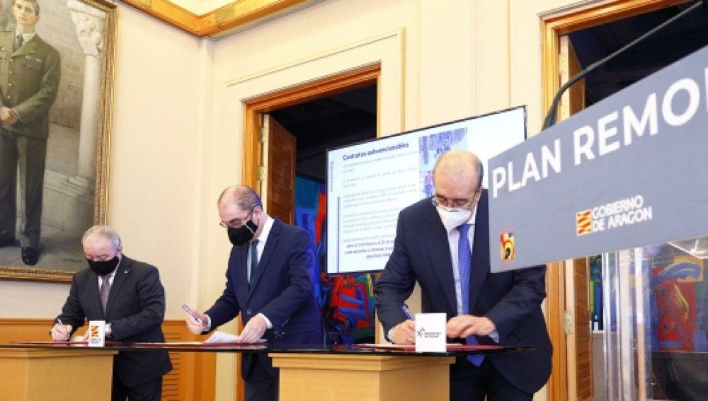 Gracia, Lambán y Rando en el momento de firma del protocolo