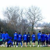 Los jugadores del Real Oviedo, antes de iniciar un entrenamiento en El Requexón.