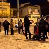Varios vecinos de Granada salen a la calle tras los terremotos en la ciudad.