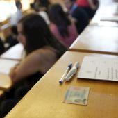 Imagen de archivo de estudiantes realizando un examen presencial en una universidad