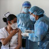 Imagen de archivo de una sanitaria vacunando a otra contra el coronavirus