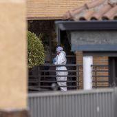 Una trabajadora sanitaria en la residencia de Becerril de la Sierra donde once ancianos han fallecido por coronavirus