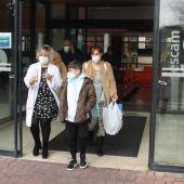 Mateo saliendo por la puerta del hospital