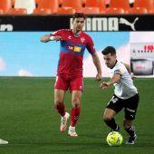 -El jugador del Valencia Jose Luis Gayá, y el jugador del Elche Emiliano Rigoni, durante el partido de la jornada 21 de LaLiga Santander, disputado este sábado en el estadio de Mestalla.
