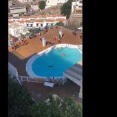 La Guardia Civil interviene en un hotel de Gran Canaria que acoge migrantes con numerosos jóvenes bañándose