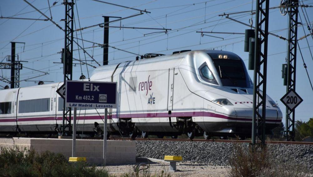 El AVE saliendo de la estación de la alta velocidad de Elche, ubicada en la pedanía de Matola.