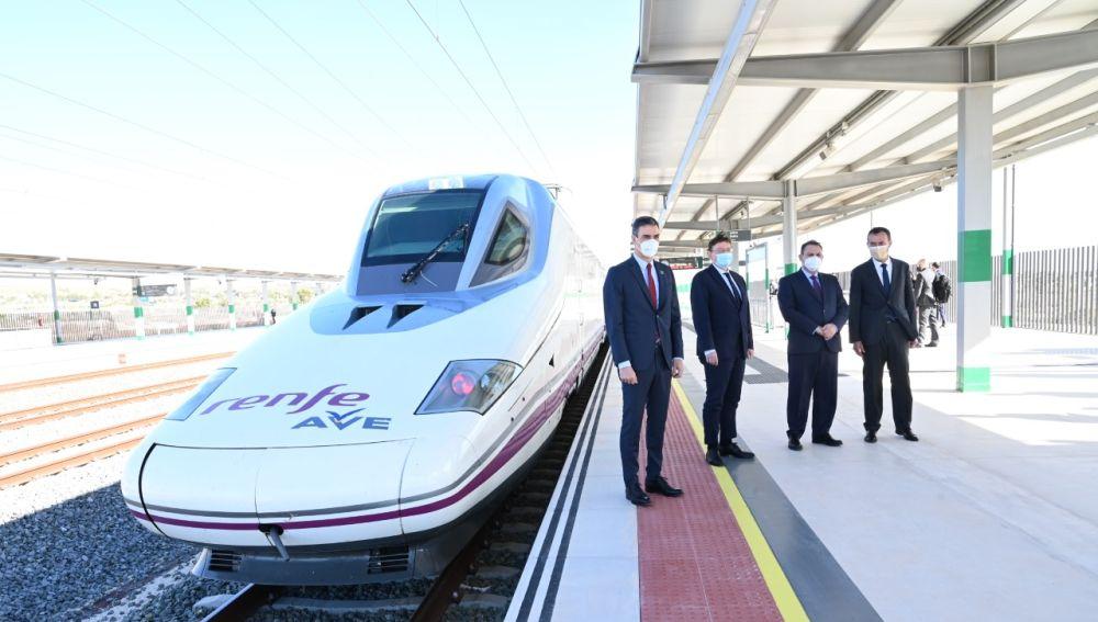 El presidente del Gobierno, Pedro Sánchez, en la estación del AVE de Elche, inaugurada esta semana