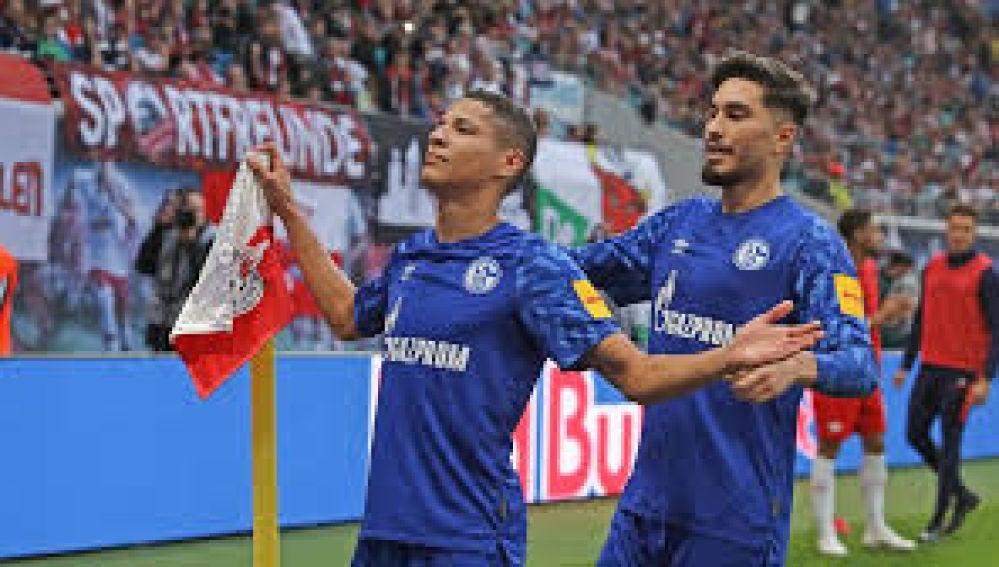 Amine Harit celebra un gol con el Schalke