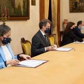 El presidente de la Xunta, la alcaldesa y los conselleiros de Sanidade e Infraestrucuras firman el acuerdo