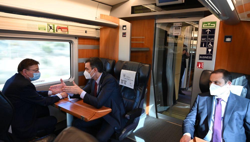 Pedro Sánchez y Ximo Puig conversan en un vagón del nuevo trayecto AVE