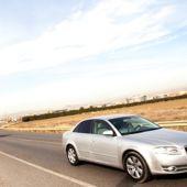 Coches circulando por carreteras secundarias