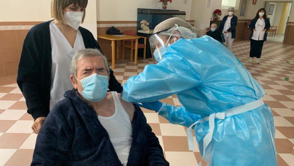 Un usuario siendo vacunado en El Madrugador